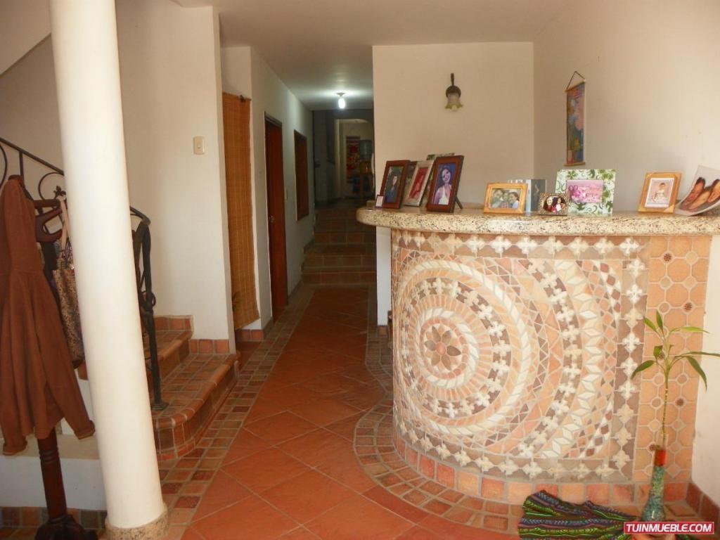Casa de 3 Niveles y 2 apart anexos en Barrio Sucre