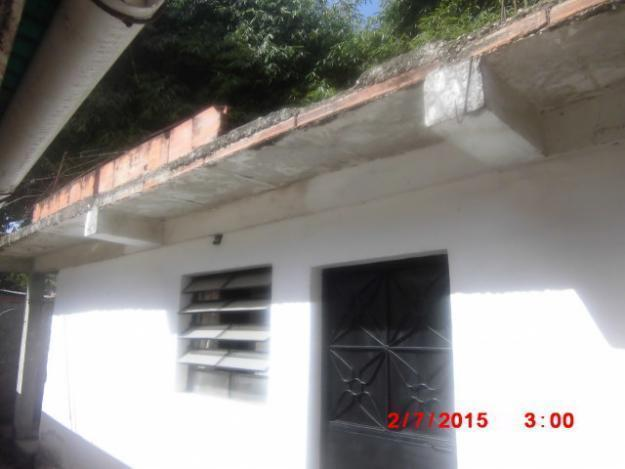 vendo pequeña casa de 2 habitaciones cerca plaza bolivar