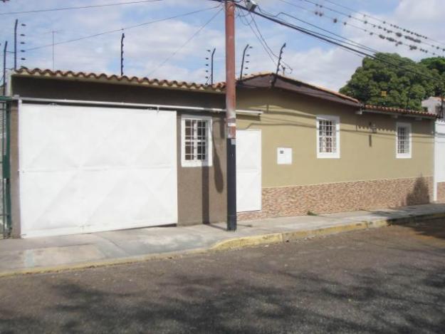 Hermosa casa, con finos acabados, cocina italiana, 5 amplias habitaciones en Urb. Chucho Briceño