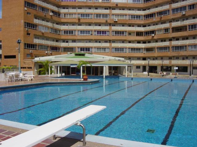 Alquiler casa piscina estacionamiento higuerote brick7 for Piscina brion