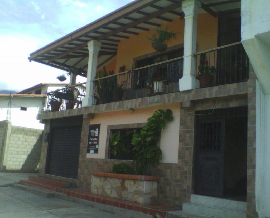 casa de dos platas con local comercial